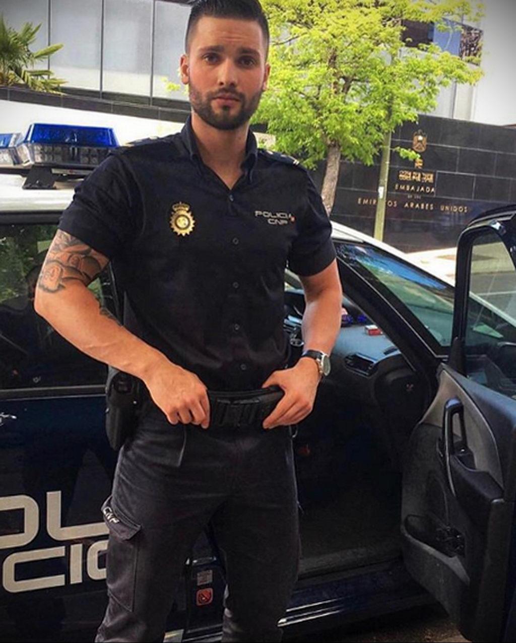 Фото действующего сотрудника полиции в форме с татуировками на теле для tatufoto.com 46