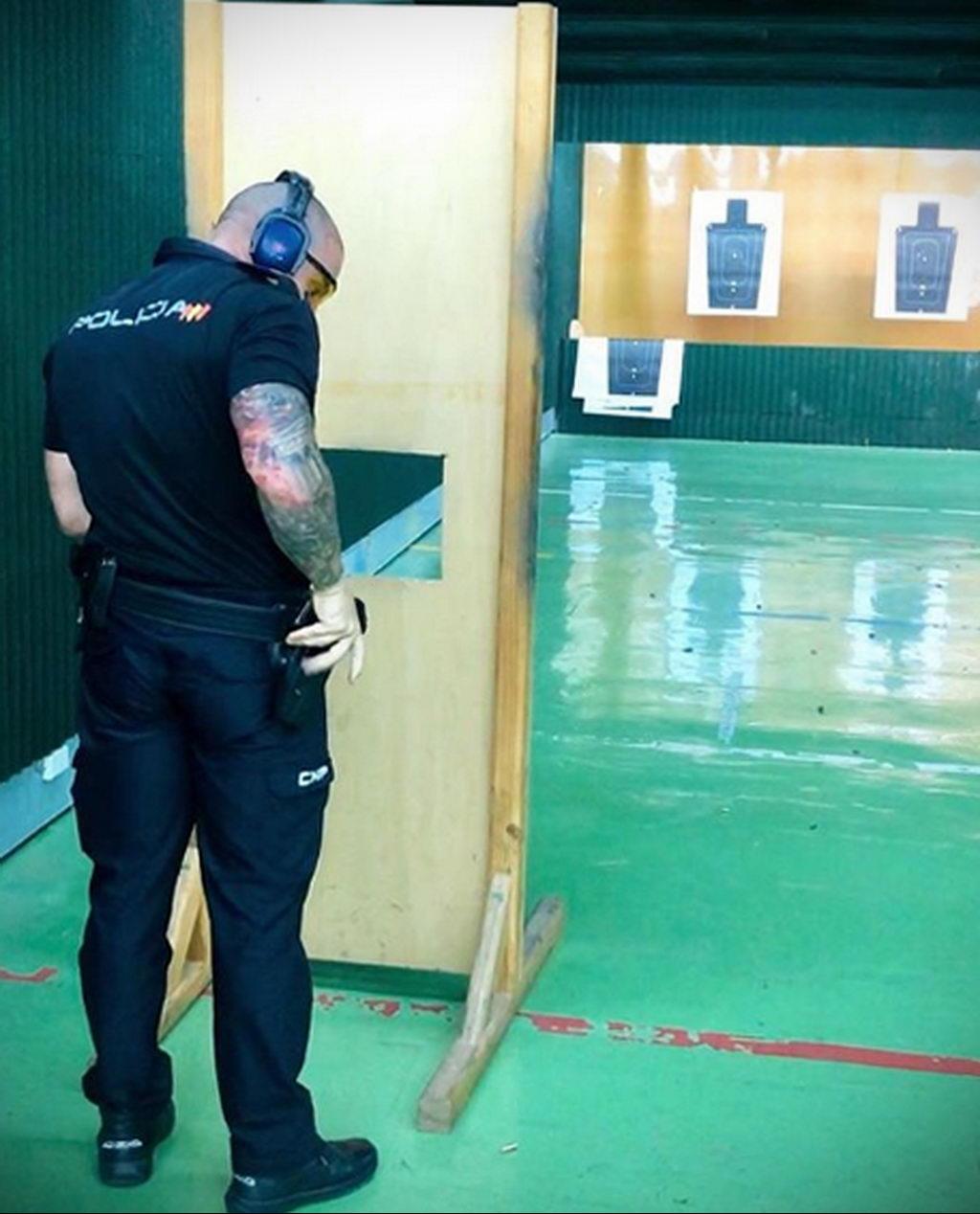 Фото действующего сотрудника полиции в форме с татуировками на теле для tatufoto.com 47