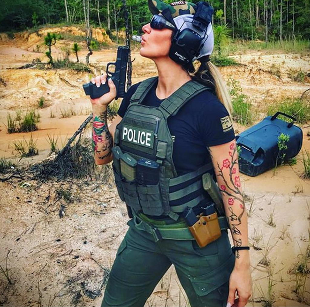 Фото действующего сотрудника полиции в форме с татуировками на теле для tatufoto.com 55