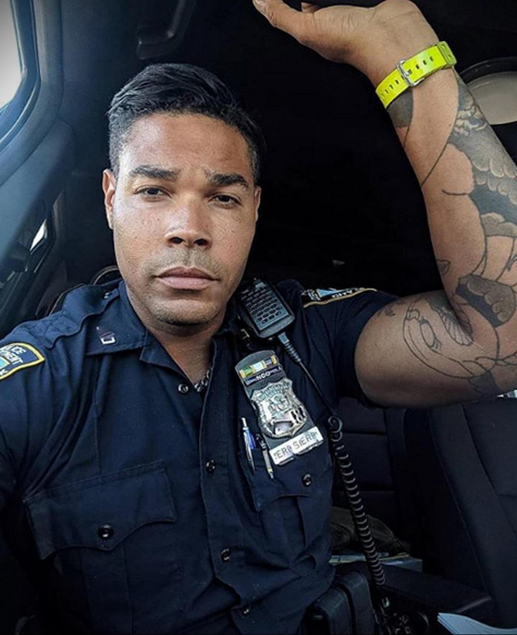 Фото действующего сотрудника полиции в форме с татуировками на теле для tatufoto.com 58