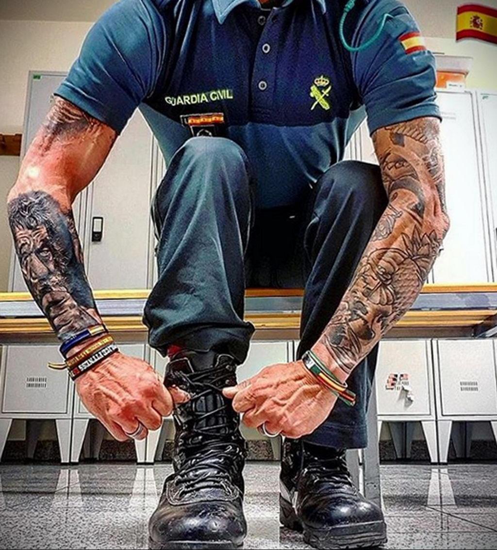 Фото действующего сотрудника полиции в форме с татуировками на теле для tatufoto.com 6