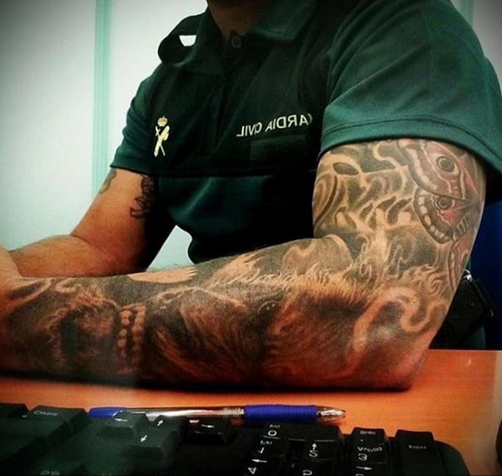 Фото действующего сотрудника полиции в форме с татуировками на теле для tatufoto.com 60