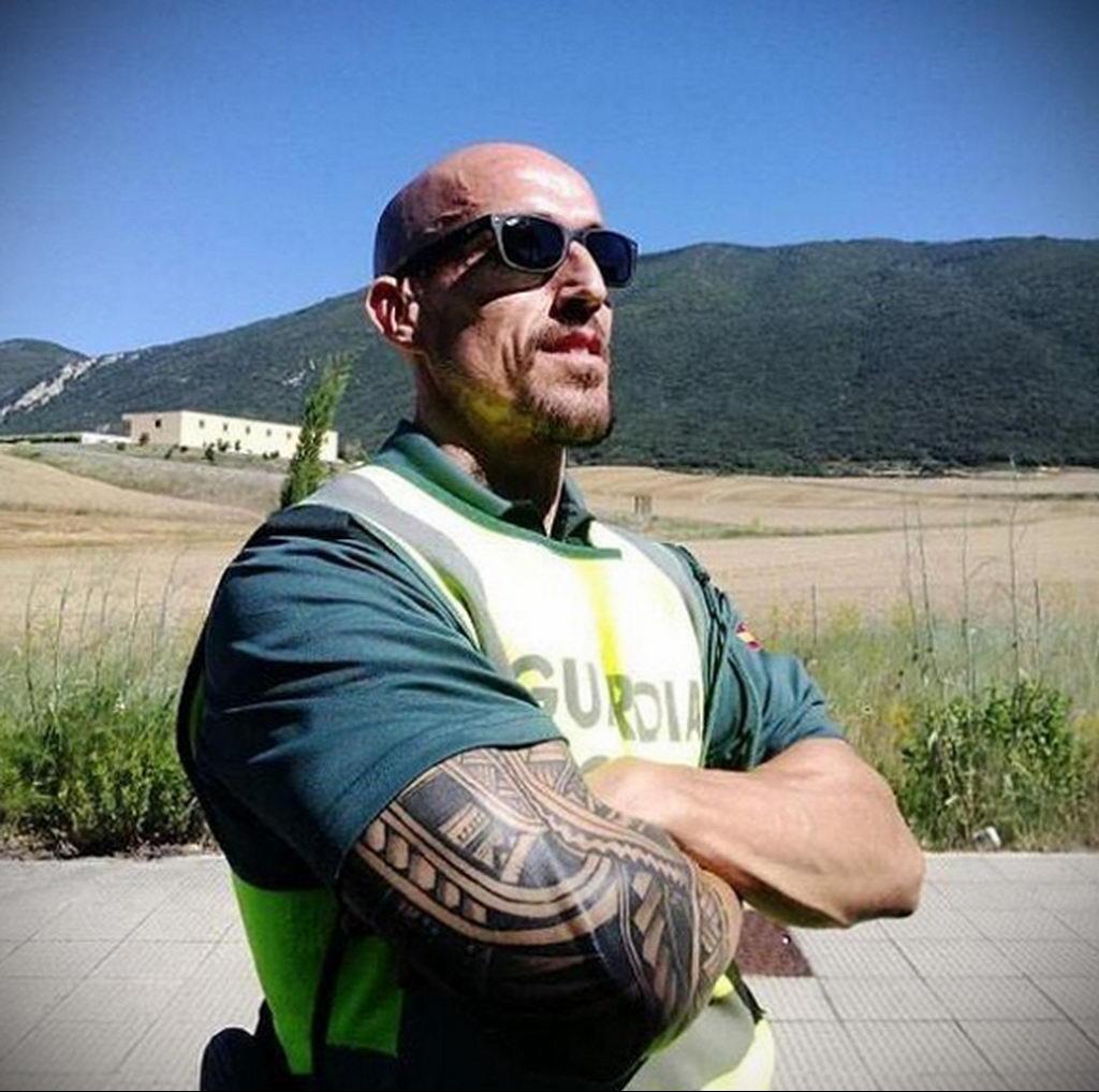 Фото действующего сотрудника полиции в форме с татуировками на теле для tatufoto.com 62