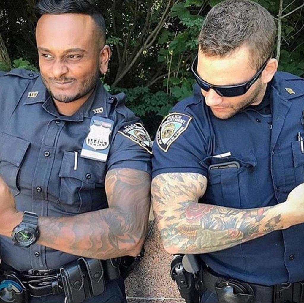 Фото действующего сотрудника полиции в форме с татуировками на теле для tatufoto.com 68