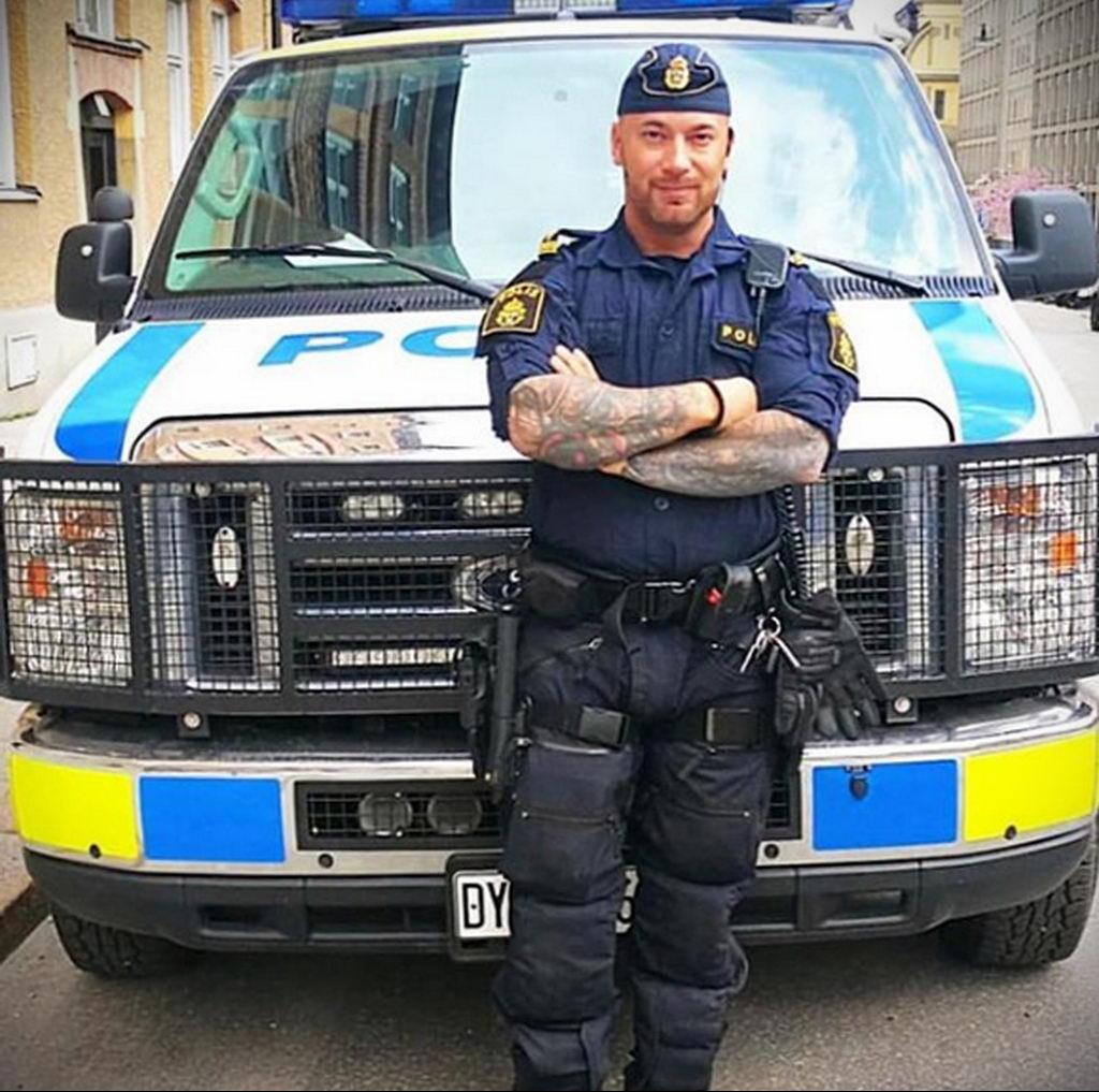 Фото действующего сотрудника полиции в форме с татуировками на теле для tatufoto.com 69