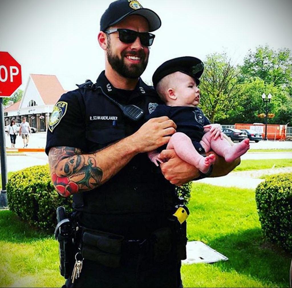 Фото действующего сотрудника полиции в форме с татуировками на теле для tatufoto.com 70