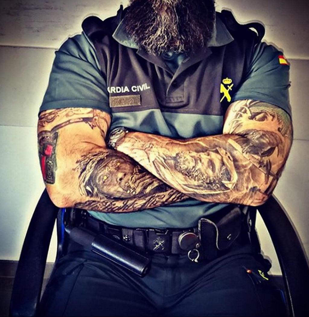 Фото действующего сотрудника полиции в форме с татуировками на теле для tatufoto.com 71