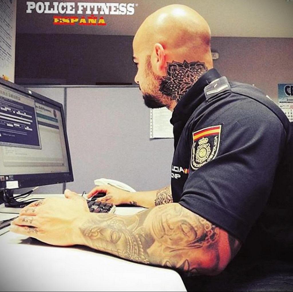 Фото действующего сотрудника полиции в форме с татуировками на теле для tatufoto.com 82