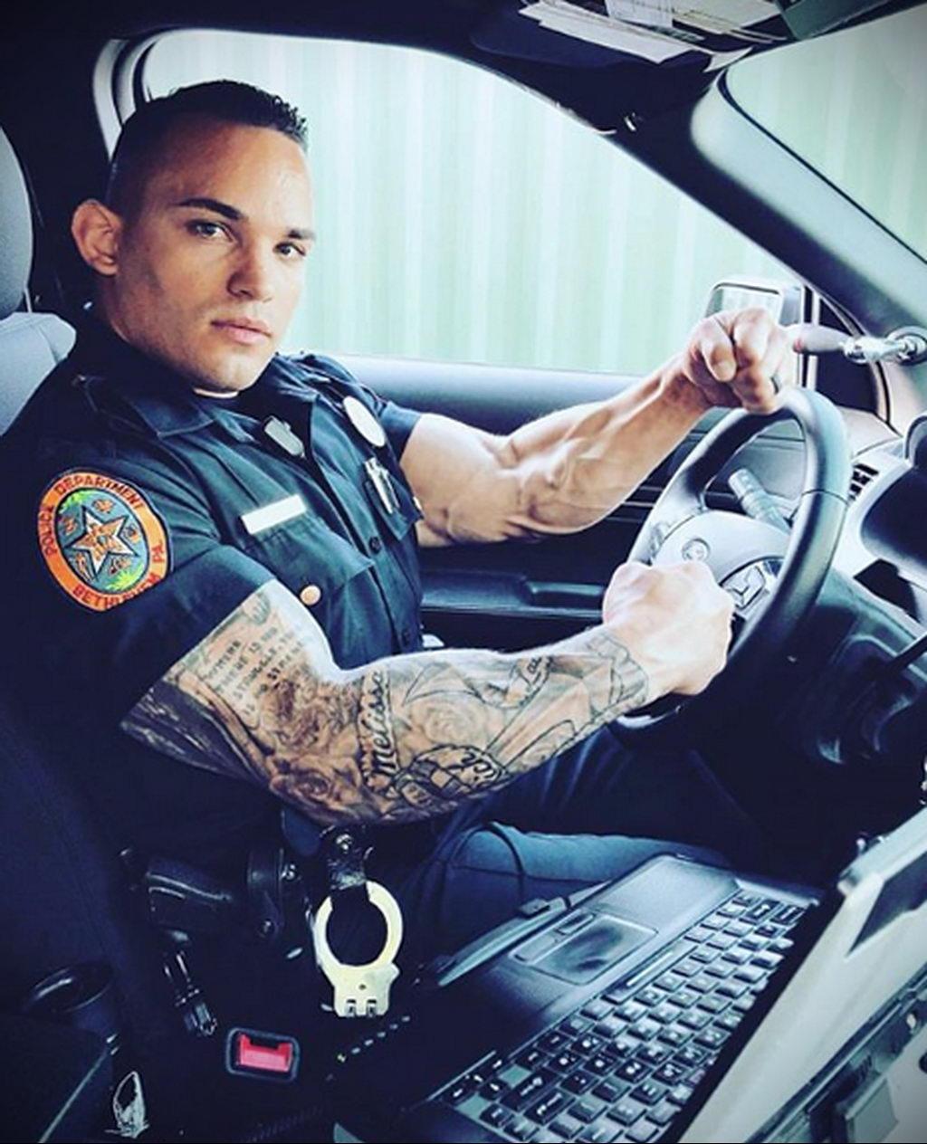 Фото действующего сотрудника полиции в форме с татуировками на теле для tatufoto.com 88
