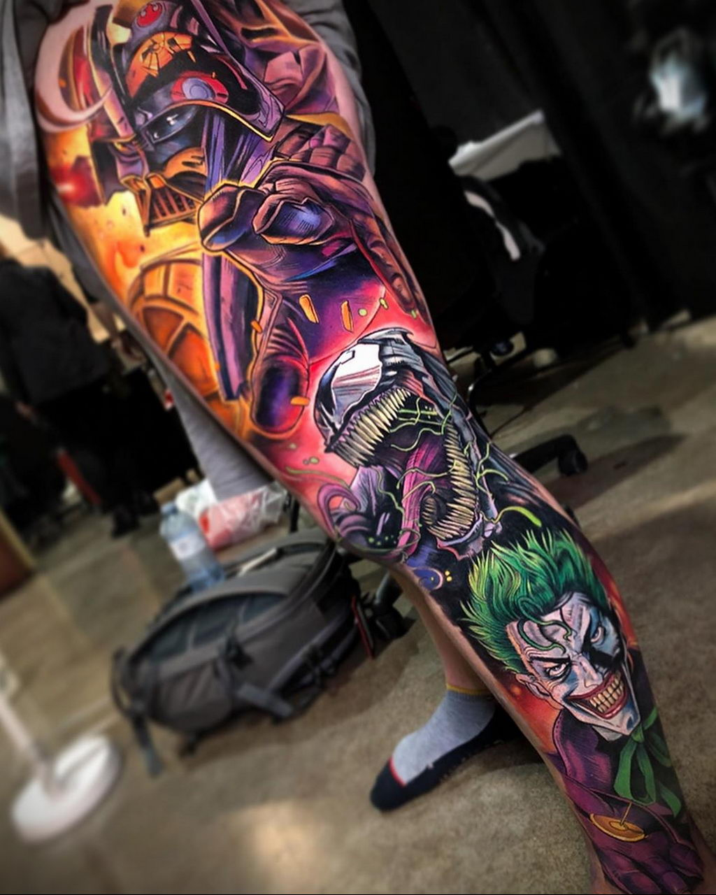 Цветная реалистичная татуировка на тему персонажей из комиксов на ноге – tatufoto.com