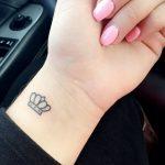 тату корона на запястье девушки 02.01.2020 №009 -crown tattoo on the wrist- tatufoto.com
