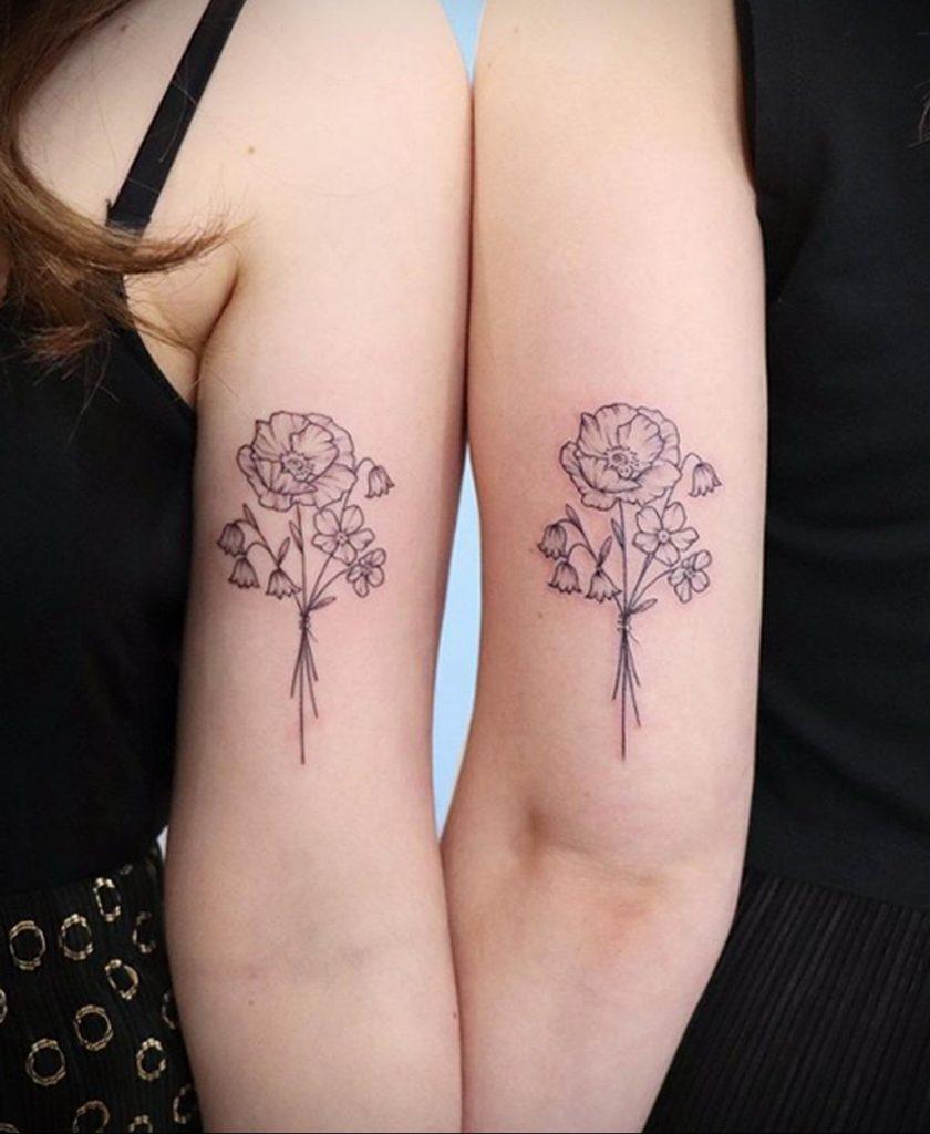 Парная татуировка с букетом цветов для подруг - фото