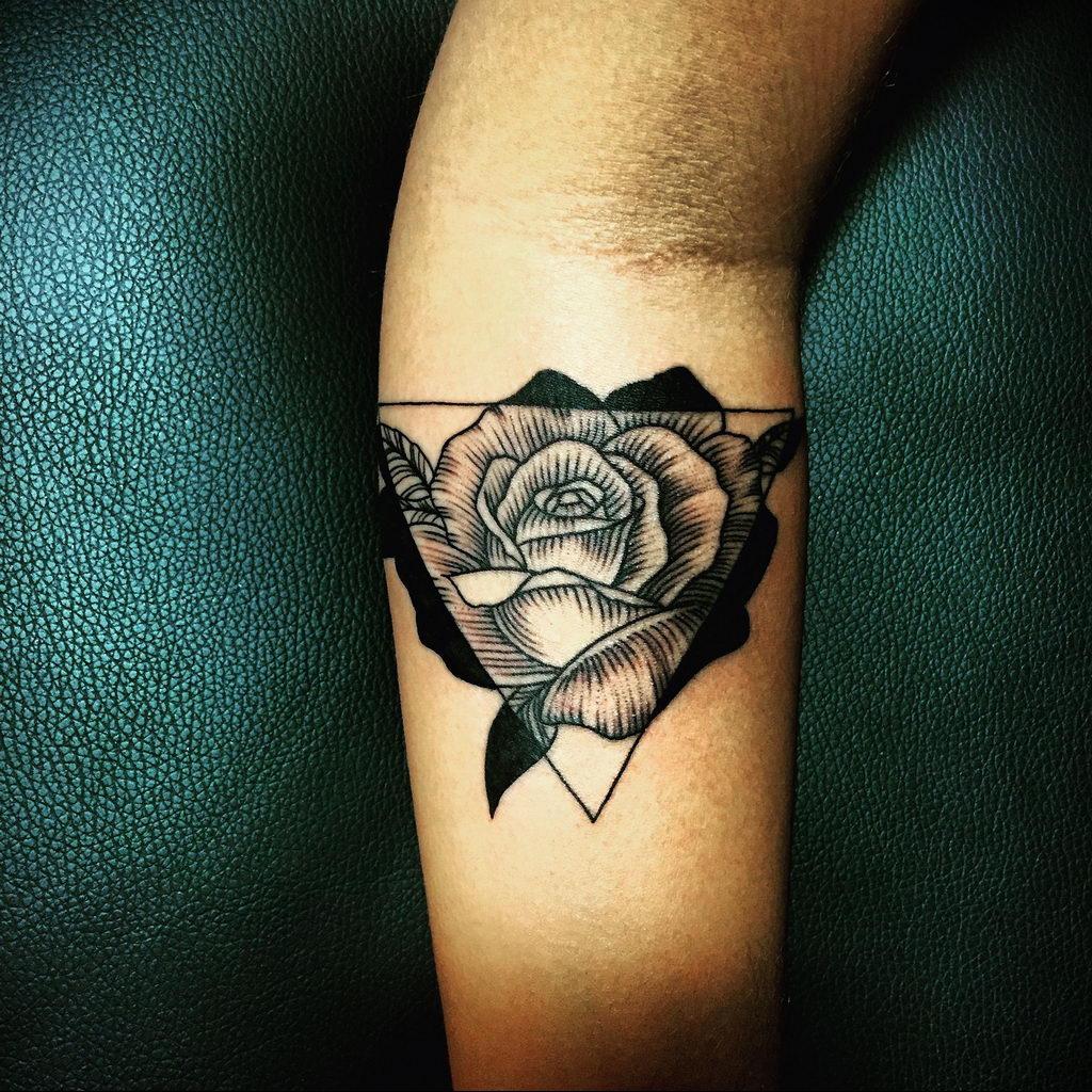 тату роза в треугольнике для девушки 04.02.2020 №003 -rose tattoo for girl- tatufoto.com