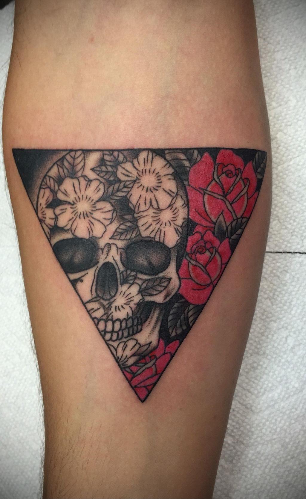 тату роза в треугольнике для девушки 04.02.2020 №029 -rose tattoo for girl- tatufoto.com