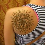 фото мехенди на лопатке 02.02.2020 №009 -mehendi on the shoulder blade- tatufoto.com