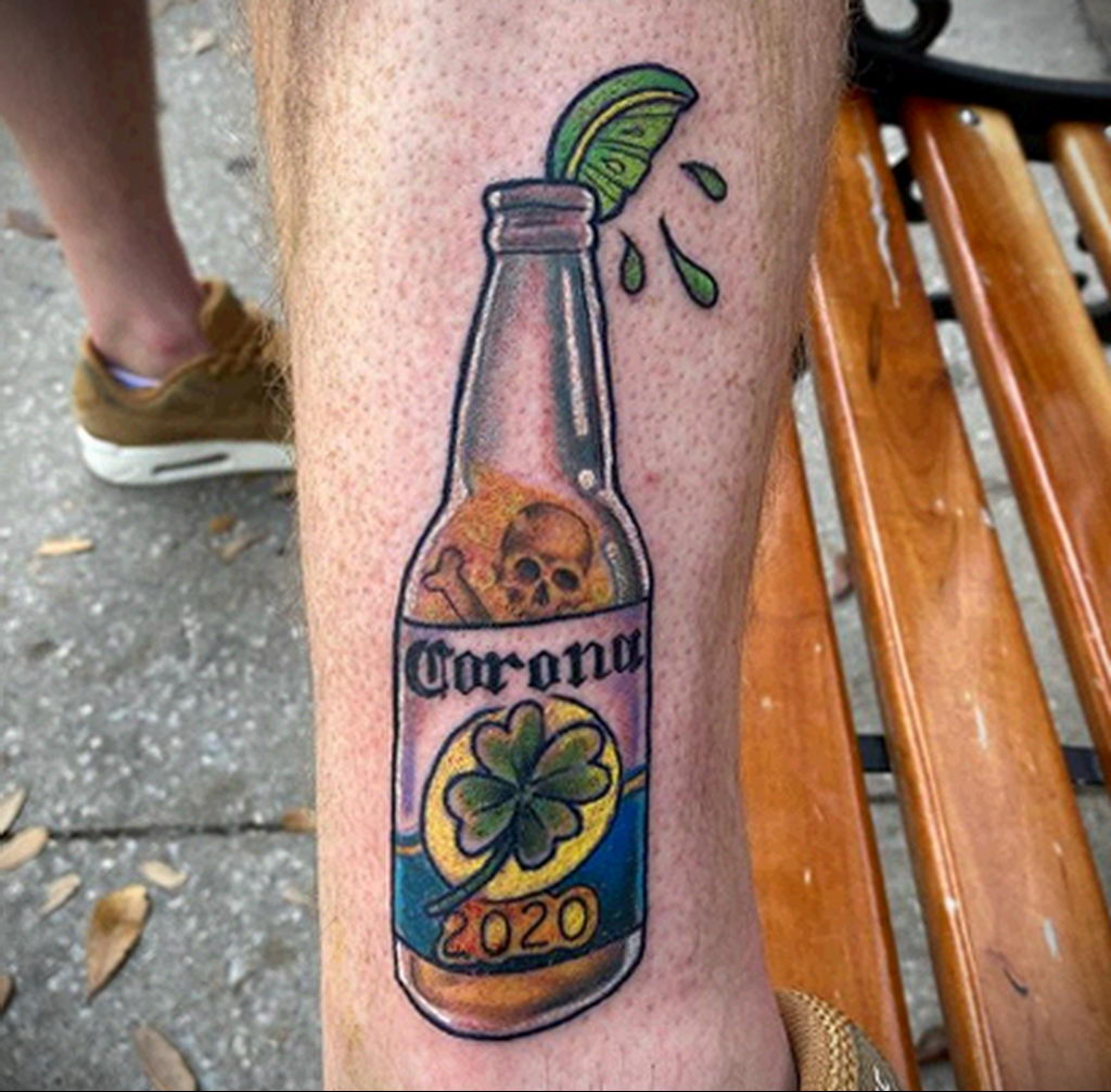 Татуировка на тему коронавируса COVID-19 - бутылка пива и клевер