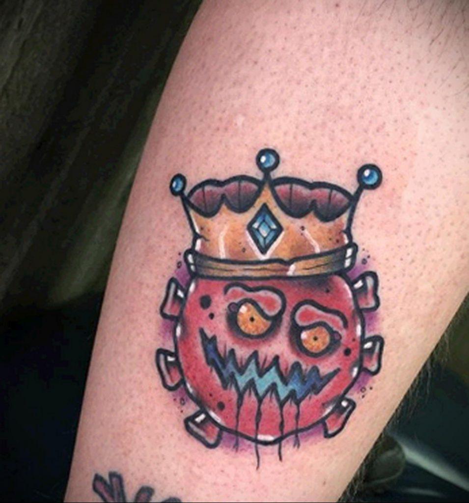 Татуировка на тему коронавируса COVID-19 - красный вирус с короной