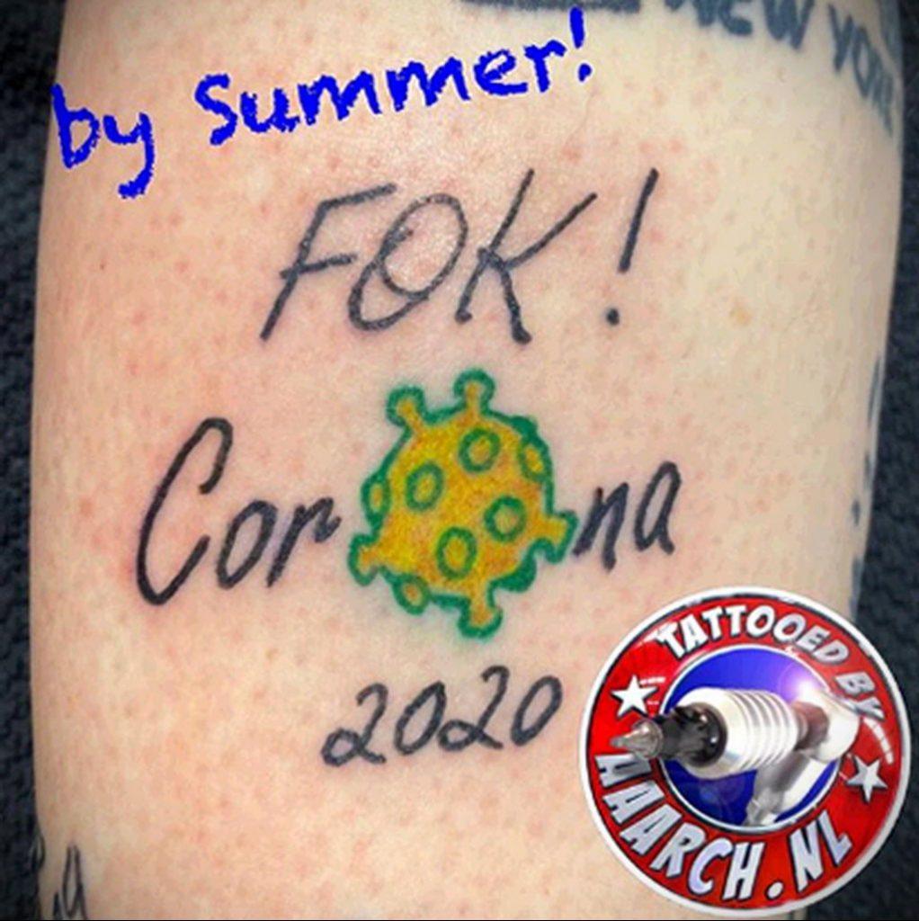 Татуировка на тему коронавируса COVID-19 - рисунок вируса и надпись 2020