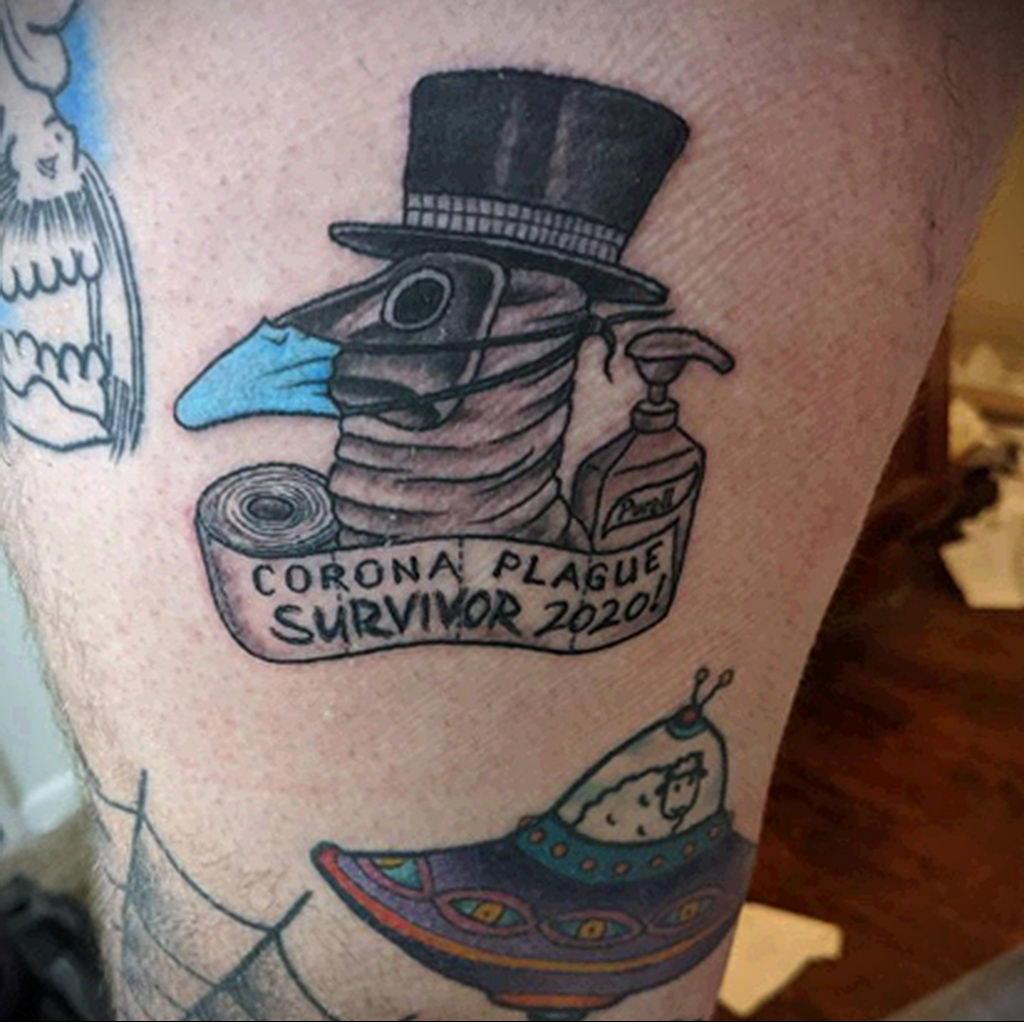 Татуировка на тему коронавируса COVID-19 - смешной чумной доктор и надписи
