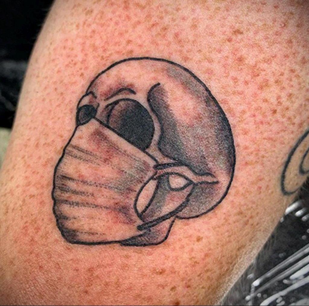 Татуировка на тему коронавируса COVID-19 - череп в одноразовой медицинской маске
