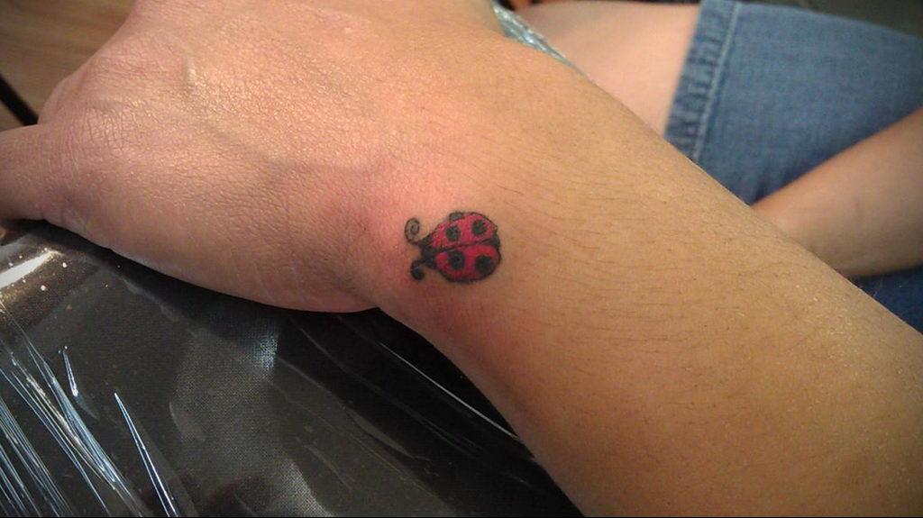 Фото тату про любовь рисунок Божья Коровка 03.02.2020 №186 -ladybug- tatufoto.com