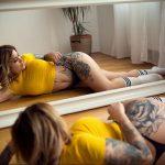 @dennyinked_ - Красивая девушка с татуировками на карантине во время эпидемии COVID-19 для tatufoto.com 6