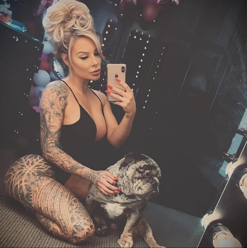 @ellie_doll или Ellie Rayne – фото сексуальной девушки модели с татуировками для сайта tatufoto.com - фото 1