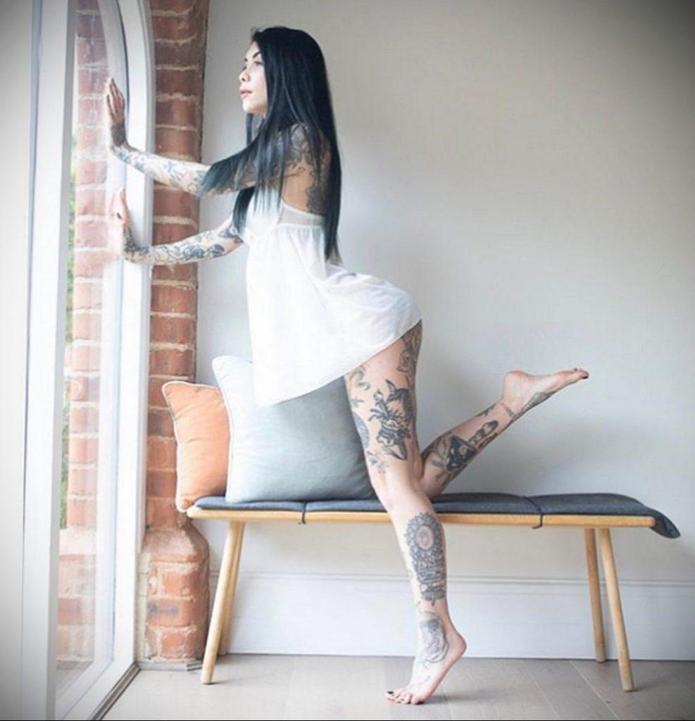 @indacosuicide - Красивая девушка с татуировками на карантине во время эпидемии COVID-19 для tatufoto.com 11