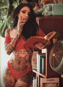 @angela_mazzanti – фото красивой девушки с татуировкой и книгой 1