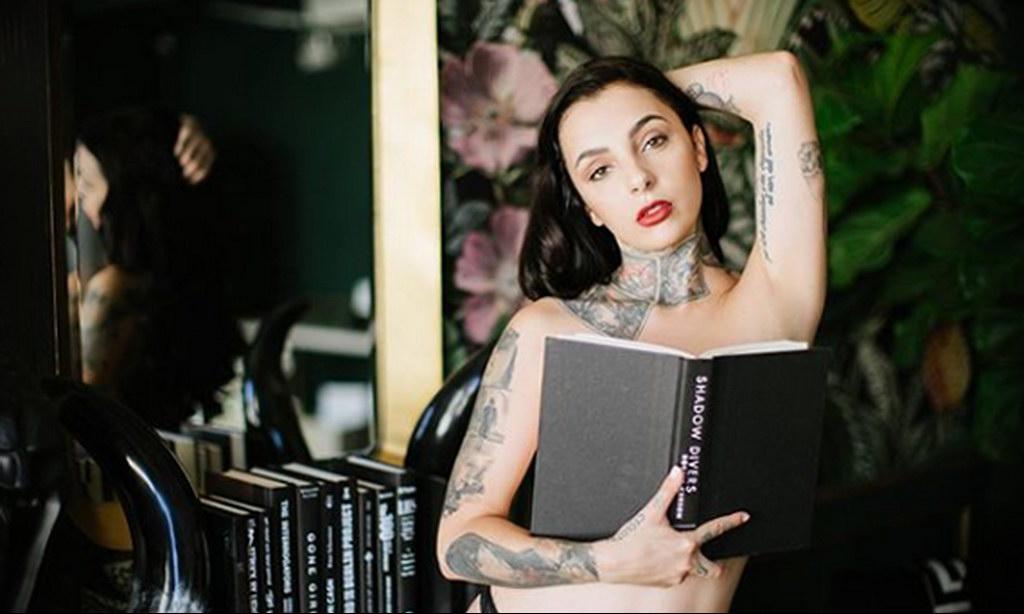@floydianphotos – фото красивой девушки с татуировкой и книгой 1