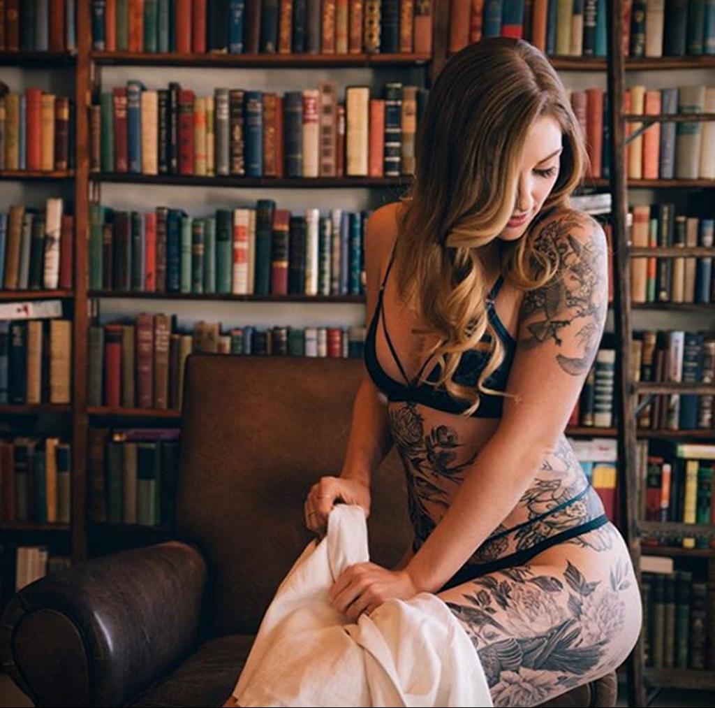 @floydianphotos – фото красивой девушки с татуировкой и книгой 2