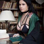 @fromlimbo – фото красивой девушки с татуировкой и книгой 3