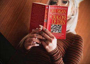 @jakiichu – фото красивой девушки с татуировкой и книгой 2
