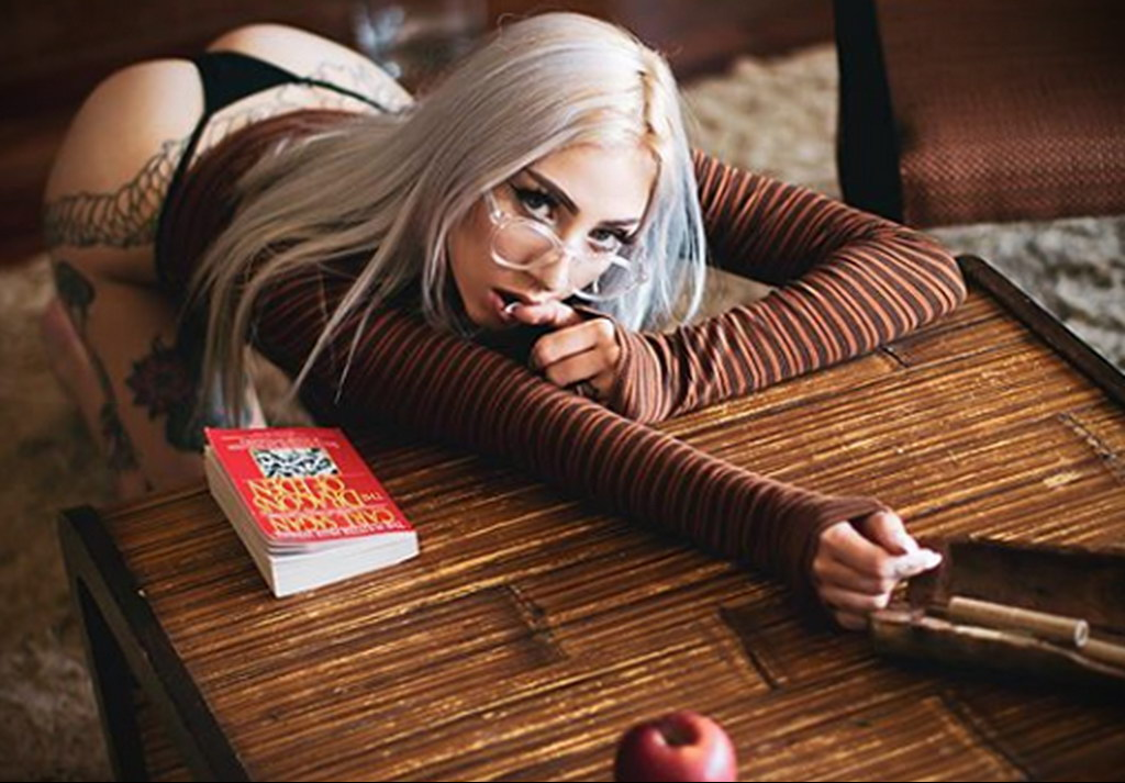 @jakiichu – фото красивой девушки с татуировкой и книгой 3