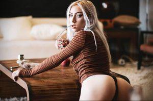 @jakiichu – фото красивой девушки с татуировкой и книгой 4