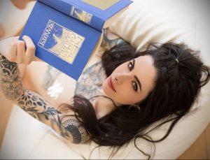@whereisnilo – фото красивой девушки с татуировкой и книгой 1