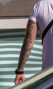 Дотворк татуировка рукавом на левой руке парня – рисунок девушки и тени ребенка - Уличная татуировка (Street tattoo) № 03 – 11.05.2020 для tatufoto.com 1