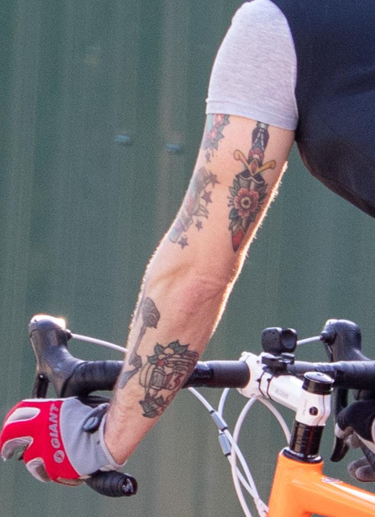 Олдскул цветные тату с ключом ножом и бутылкой на руке парня - Уличная татуировка (Street tattoo) № 03 – 11.05.2020 для tatufoto.com 4