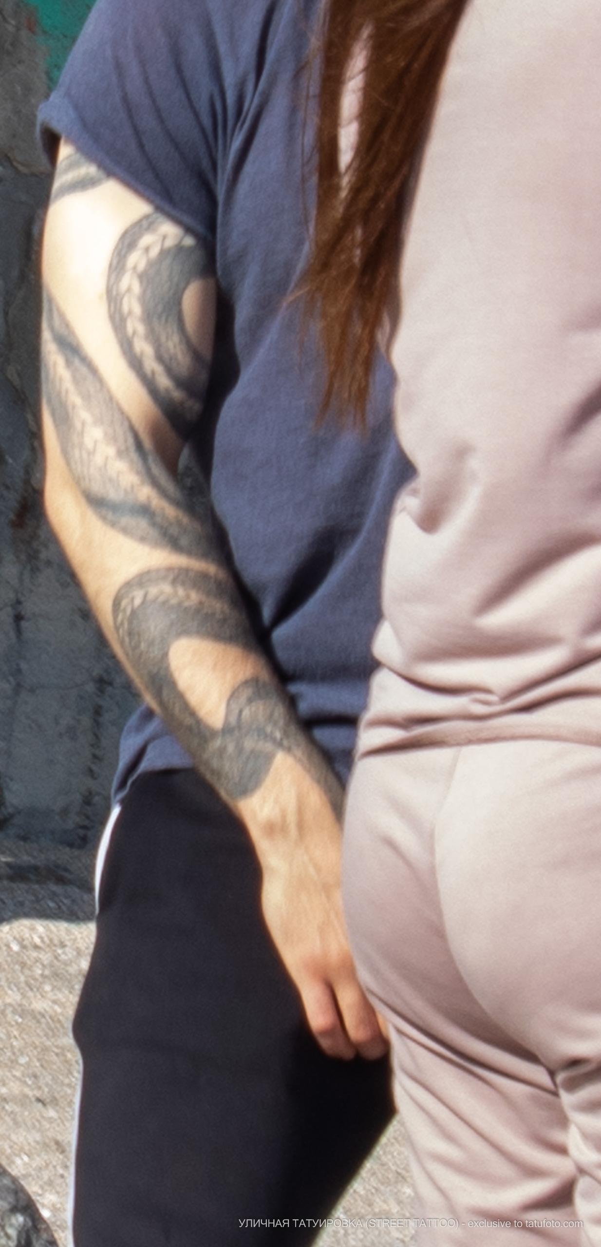 Татуировка со змеей на левой руке парня – 09.05.2020 - Уличная татуировка (Street tattoo) – tatufoto.com 3