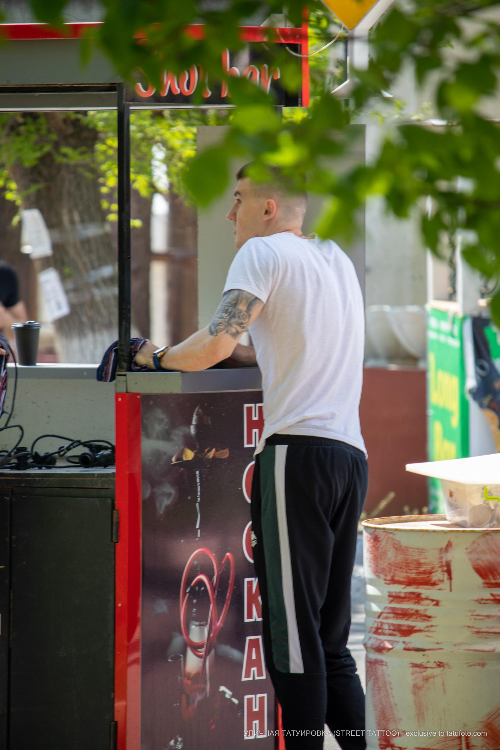 Татуировка с розой и надписями от плеча до локтя парня – 09.05.2020 - Уличная татуировка (Street tattoo) – tatufoto.com 2