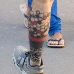 Татуировка с сотами внизу правой ноги парня - Уличная татуировка (Street tattoo) № 03 – 11.05.2020 для tatufoto.com 4