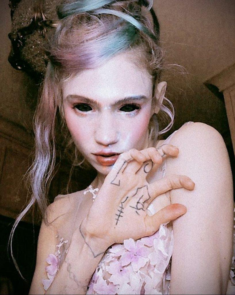 Татуировки на ладони с символами алхимии и знаком Юпитера - фото