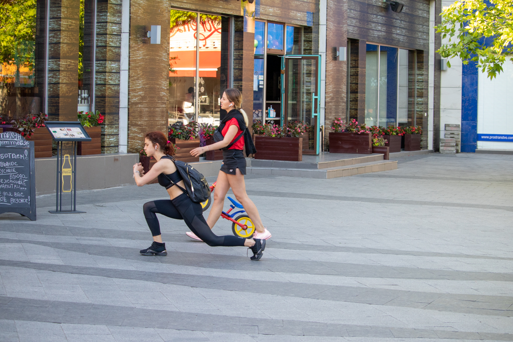 Фото девушек которые тренируются на улице и делают выпады - Уличная татуировка (Street tattoo) № 03 – 11.05.2020 для tatufoto.com 2