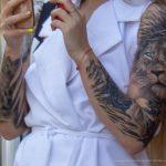 Фото девушки с тату рукавами – лев с голубыми глазами и крылья – 09.05.2020 - Уличная татуировка (Street tattoo) – tatufoto.com 4