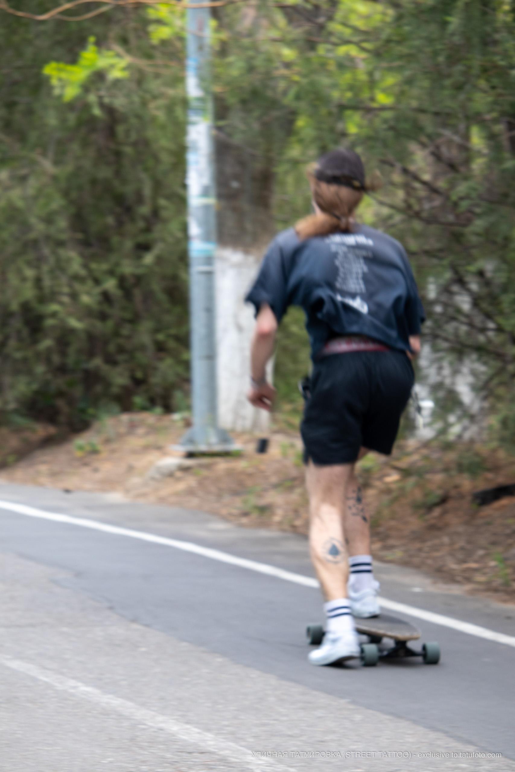 Фото знака пика на левой ноге парня – 09.05.2020 - Уличная татуировка (Street tattoo) – tatufoto.com 3