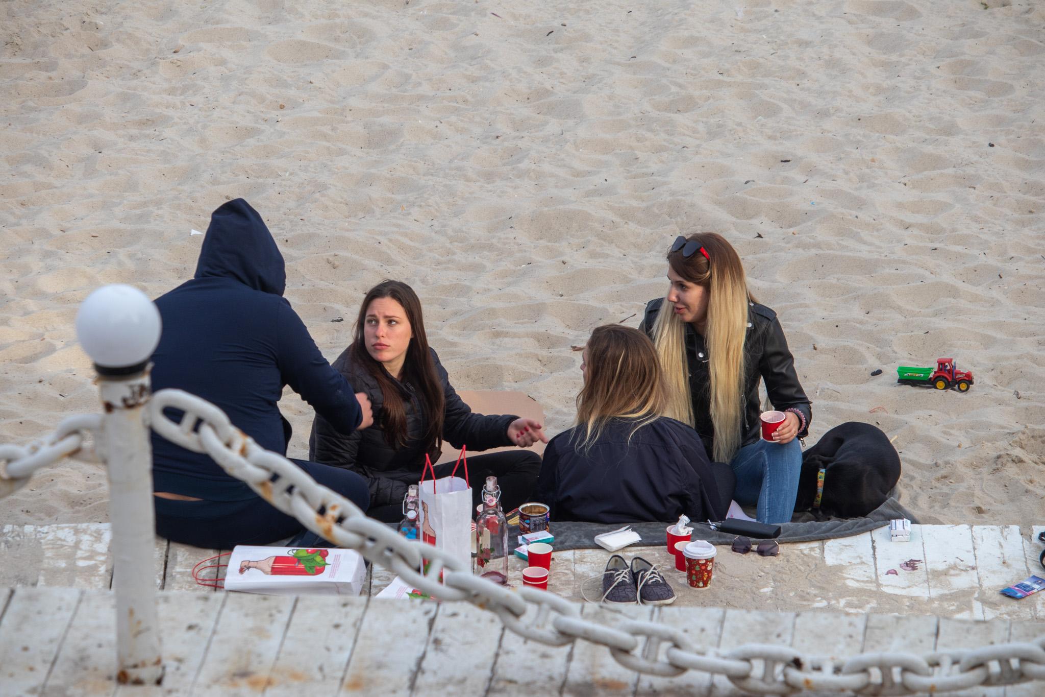 Фото людей распивающих спиртное у моря на карантине – без масок – 05052020 – tatufoto.com 1