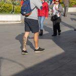 Фото олдскул тату на нижней части ноги парня с маяком и розой ветров – 05052020 – tatufoto.com 1