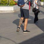 Фото олдскул тату на нижней части ноги парня с маяком и розой ветров – 05052020 – tatufoto.com 2