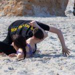 Фото парня и девушки которые борются в песке на пляже – 09.05.2020 - Уличная татуировка (Street tattoo) – tatufoto.com 3
