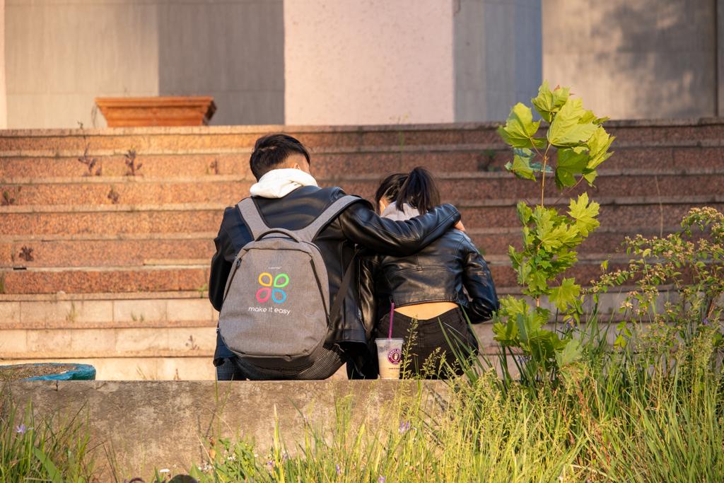 Фото с обнимающимися молодыми людьми - Уличная татуировка (Street tattoo) № 03 – 11.05.2020 для tatufoto.com 1